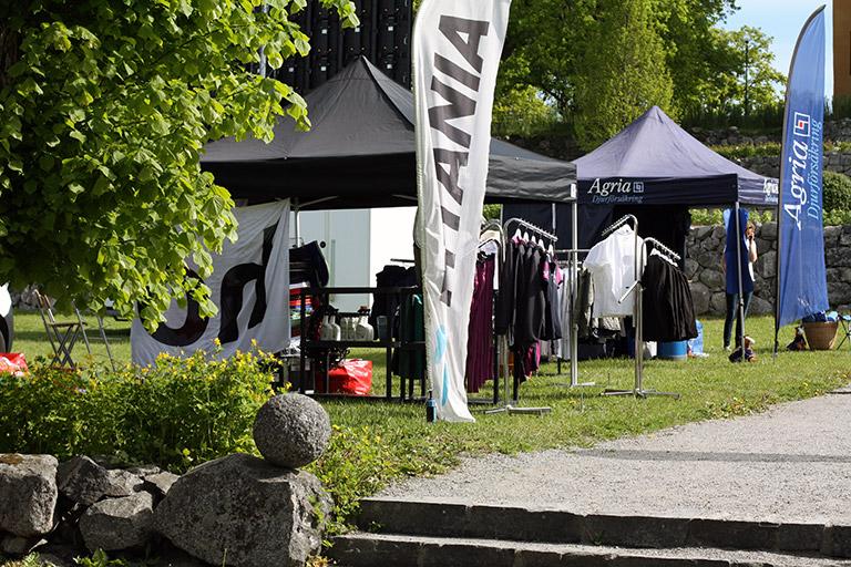 Vårat populära pop-up tält Eclipse II och en Beachflagga på Wenngarn Equestrian Summer Games mässområde.