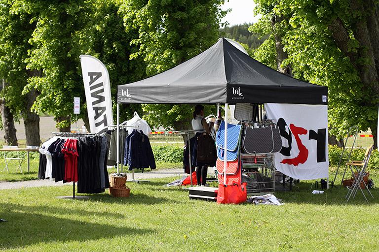 Vårat populära pop-up tält Eclipse II och en Beachflagga på Wenngarn Equestrian Summer Games.